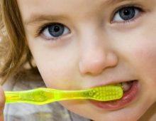 чистит зубы мальчик