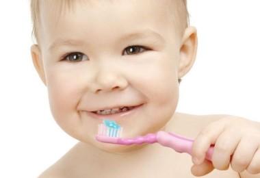 ребнок чистит зубы