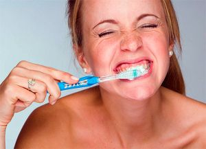 боль при чистке зубов