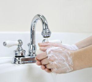 тщательно мыть руки