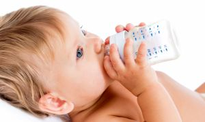 младенец с бутылочкой
