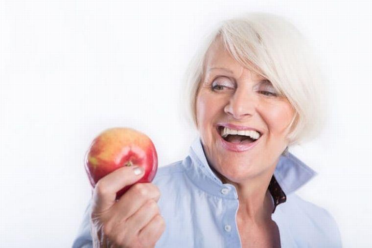 Бабушка с яблоком