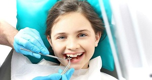 ребенок в кресле стоматолога