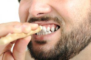 Очистка зубов палочкой