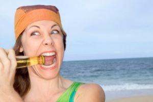 Открывание бутылки зубами