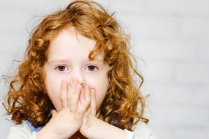 Девочка закрыла рот
