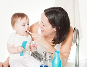 Чистит младенцу рот