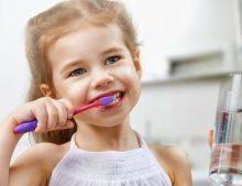 девочка чистит зубы