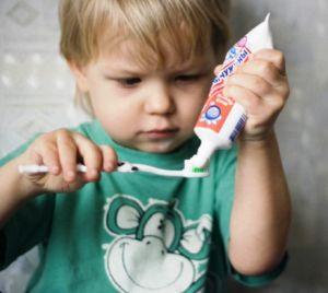Мальчик чистит зубы