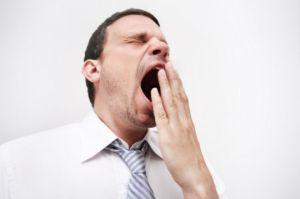 мужчина зевает