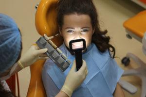 Процедура определения оттенка зубов